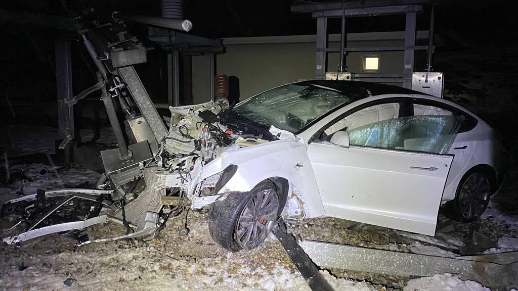 Fahrer war alkoholisiert: Tesla hebt ab und kracht in Elektrizitätswerk