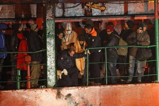 """An Bord der """"Blue Sky M"""" seien rund 900 Flüchtlinge gewesen, teilte die italienische Küstenwache am Mittwoch mit."""