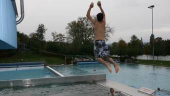 Bei 8 Grad Lufttemperatur schmeisst sich die Jugend ins Wasser. (zvg)