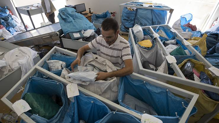 Ein palästinensischer Angestellter beim sortieren der Post. Israel hat zehn Tonnen Postsendungen freigegeben, die in den letzten Jahren zurückgehalten worden waren.