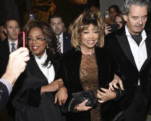 """Tina Turner mit Talkmasterin Oprah Winfrey (links) und Ehemann Erwin Bach an der Eröffnungsnacht von """"Tina - The Tina Turner Musical"""" im Lunt-Fontanne Theatre am 7. November 2019, in New York."""