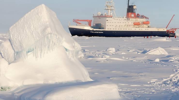 """Das deutsche Forschungsschiff """"Polarstern"""" in der zentralen Arktis, Aufnahme von der Sommer-Expedition 2015."""