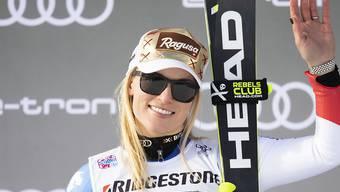 Lara Gut-Behrami winkt vom Super-G-Podest in St. Moritz