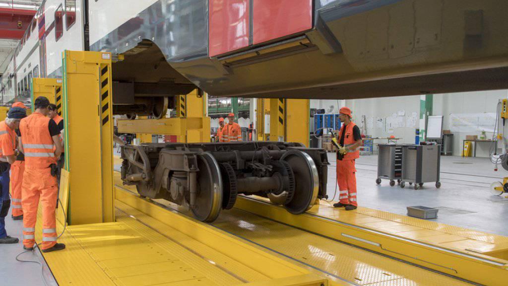 Im SBB-Werk in Olten können mit einer neuen Anlage bis zu 150 Meter lange Regionalzüge zwei Meter angehoben und danach bequem die Drehgestelle ausgewechselt werden.