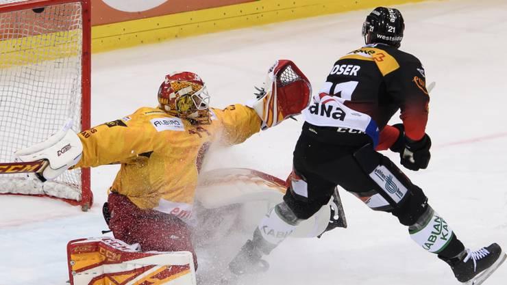 Berns Simon Moser bezwingt hier den Langnauer Goalie Ivars Punnenovs