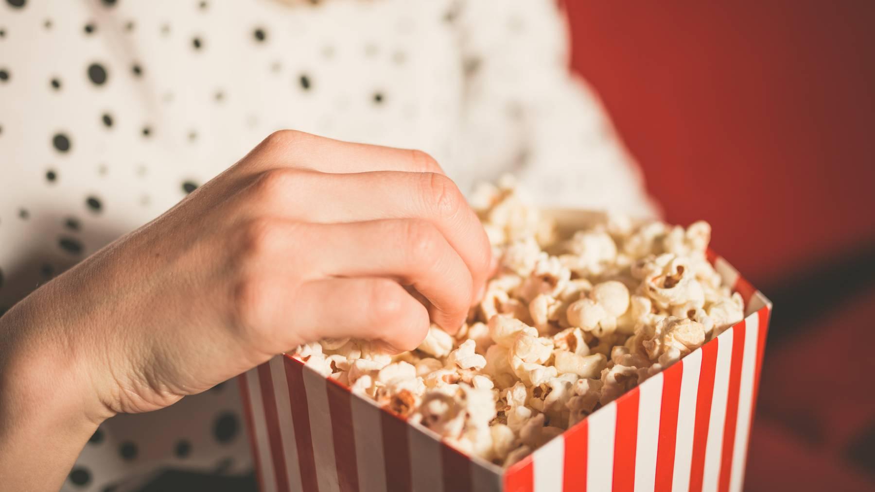 Entscheidet man sich gegen einen Kinobesuch, muss man womöglich auch auf eine solche Portion Popcorn verzichten.