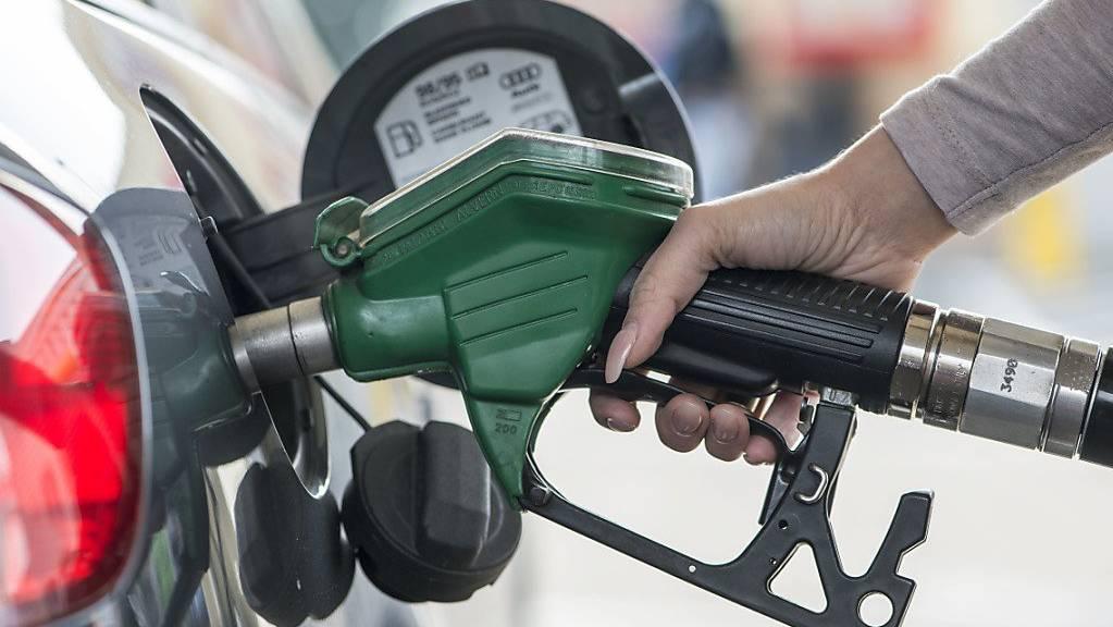 Tanken wird vorerst nicht teurer. Der Bund erhebt einen geplanten Benzinpreis-Zuschlag später als geplant. (Archivbild)
