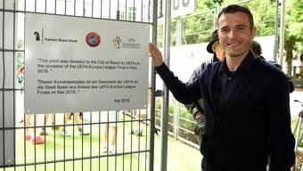 Uefa-Ambassador Alex Frei weiht das neue Kunstrasenfeld auf der Liesbergermatte ein.