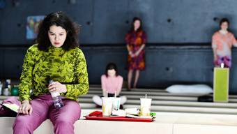 Leben und Erinnerungen von Mary (im Vordergrund: Katja Jung) verlangen eine grosse Präsenz des Ensembles.