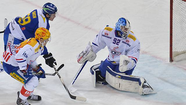 Dario Simion (links) bezwingt Kloten-Goalie Schwendener zum 2:0