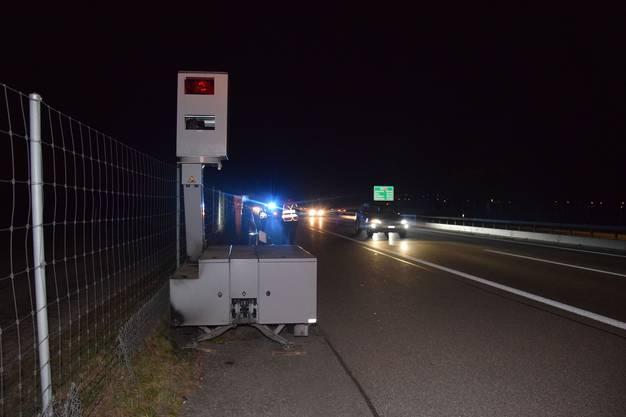 Unbekannte haben am Samstagabend auf der Autobahn A1 bei Niederbipp in Richtung Zürich ein mobiles Geschwindigkeitsmessgerät beschädigt. Einerseits versuchten die Vandalen, den Anhänger in Brand zu setzen. Andererseits wurden mit einem unbekannten Gegenstand zwei Gläser eingeschlagen. Der Gesamtschaden beträgt mehrere Tausend Franken.