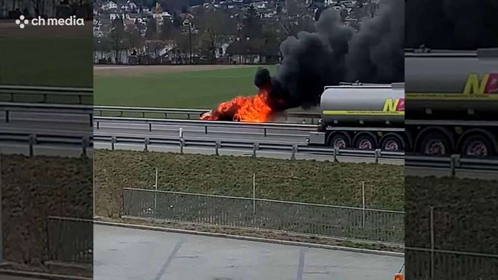 Auto brennt auf A1 komplett aus