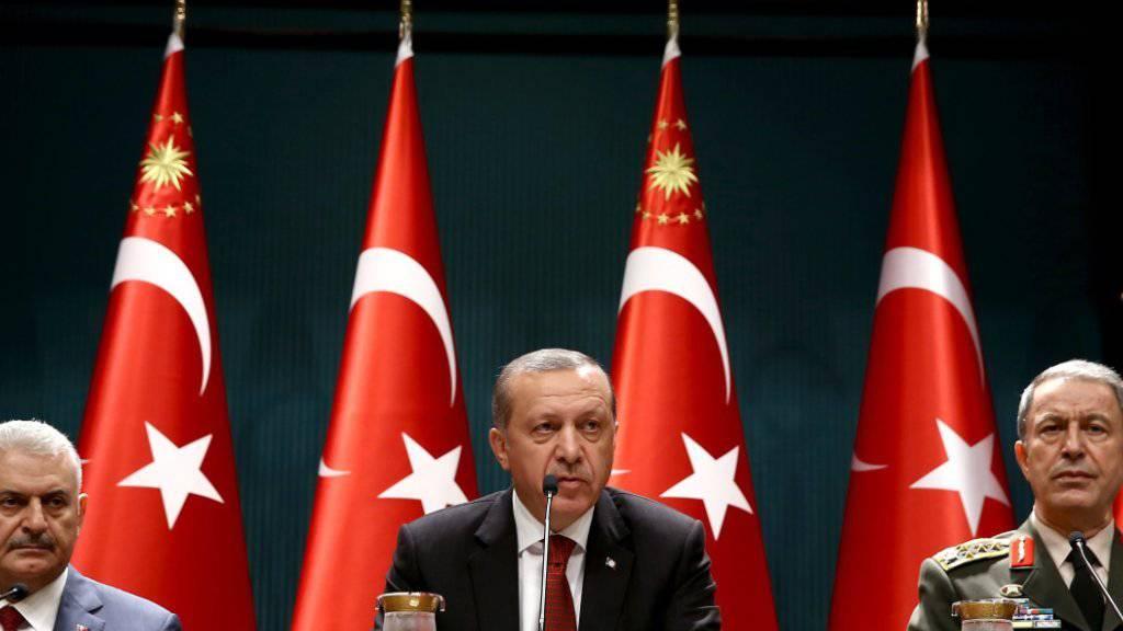 Die türkische Regierung verschärft die Ausreisekontrollen - damit soll verhindert werden, dass am Putschversuch beteiligte ausreisen.