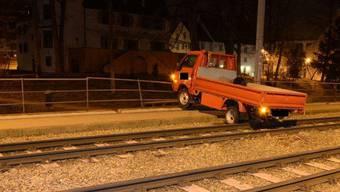 In Binningen verirrten sich Unbekannte mit einem gestohlenen Lieferwagen auf die Tramgeleise.