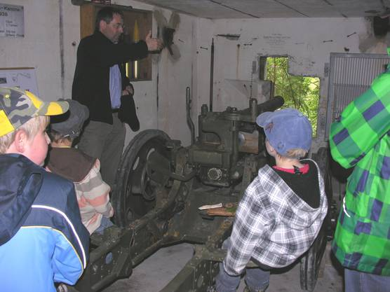 VFSJ-Präsident Urban Fink (links) erklärt im Kampfraum des Infanteriewerks die Handhabung der Gebirgskanone (Leihgabe)
