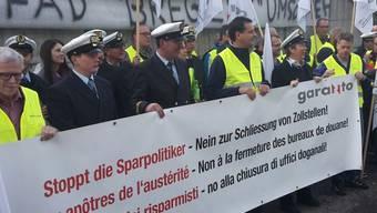 Zöllnerinnen und Zöllner sowie Mitarbeitende der Bodensee-Schifffahrt protestieren am Mittwochmittag in St. Gallen gegen die Schliessung von Zollstellen.