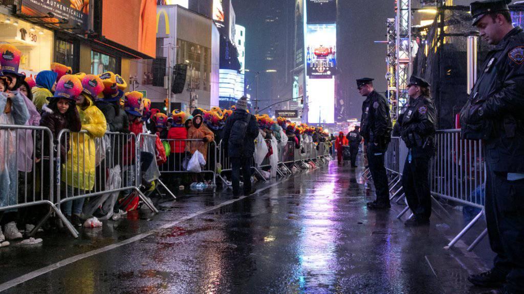 Am New Yorker Times Square mussten die Besucher bei Regen auf den Beginn des Jahres 2019 warten.
