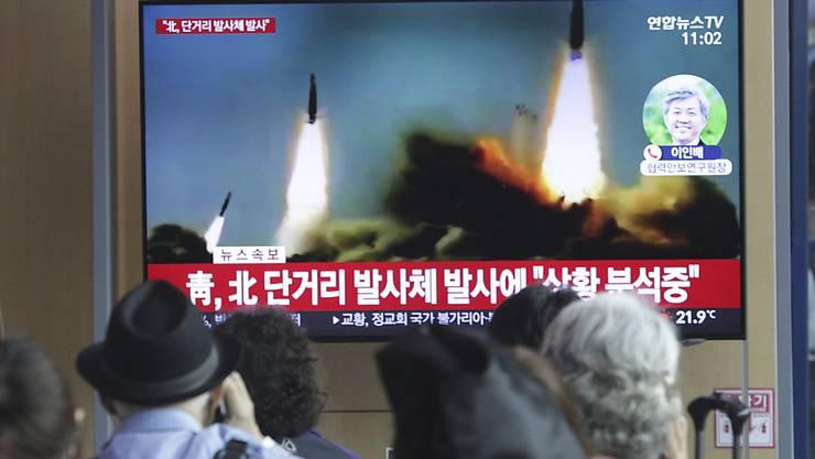 TV-Bilder in Südkorea zeigen am Samstag Raketentests aus dem nördlichen Nachbarland.