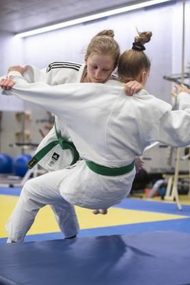 Svenja Halbheer gelingt es, ihre Trainingspartnerin auf die Matte zu legen. Im Januar wurde sie in Brugg als beste Nachwuchssportlerin ausgezeichnet.