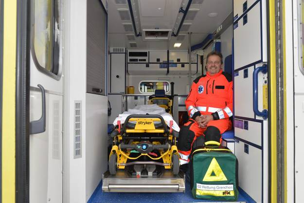 Reinhard Grichting mit dem Kinderkoffer