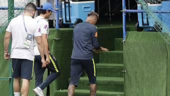 Neymar wird während Brasiliens Training vorzeitig in die Kabine begleitet