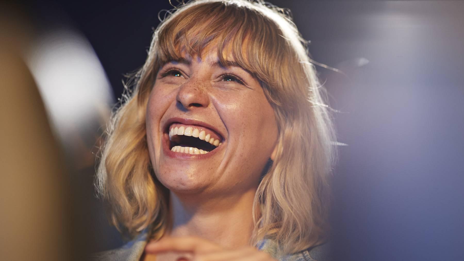 Frau lachen lustig