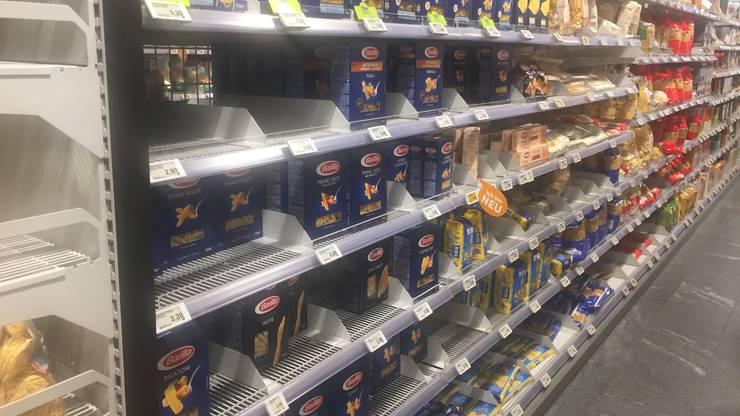 Lücken in den Pasta-Regalen bei Coop: Die Angst vor dem Corona-Virus ist auch im Aargau gross.