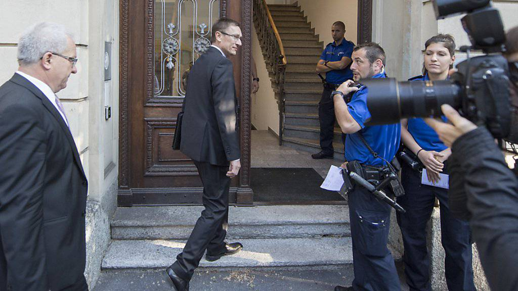 Der Kommandant der Luzerner Polizei, Adi Achermann, trifft am Montagmorgen im Kantonsgericht Luzern ein.