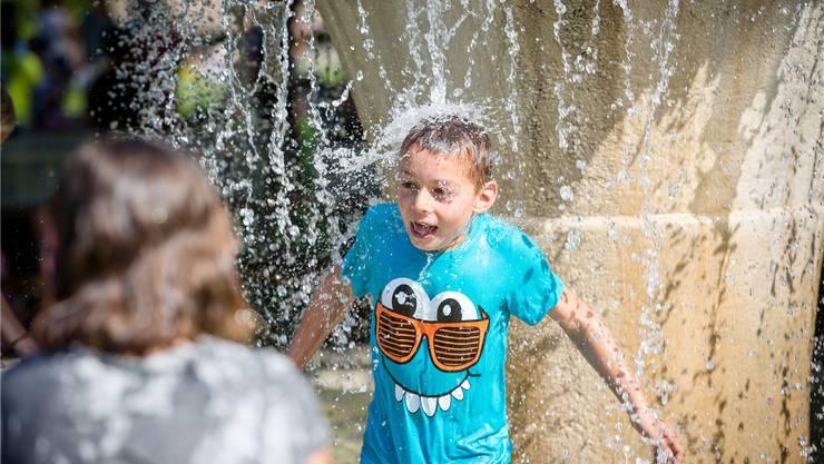 Der Brunnen als willkommene Abkühlung: Unzählige Schüler nahmen bei den heissen Temperaturen ein spontanes Bad im kühlen Nass.