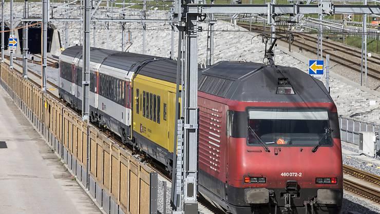 Am 1. Juni 2016 fahren die ersten zwei Züge mit Publikum durch den neuen Gotthard-Basistunnel. Ein Messzug (Bild) erkundete die Strecke beim Südportal in Pollegio TI bereits im letzten Oktober. (Archivbild)