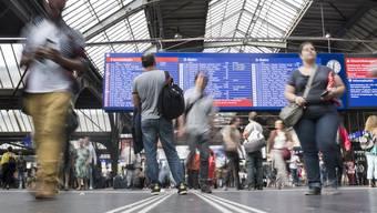 Ein mutmasslich durch Brandstiftung verursachter Kabelbrand legte am Dienstaglahmorgen den Bahnverkehr im Grossraum Zürich lahm. Auf der Strecke zwischen Flughafen, Glattbrugg und Zürich konnten während Stunden keine Züge mehr fahren.