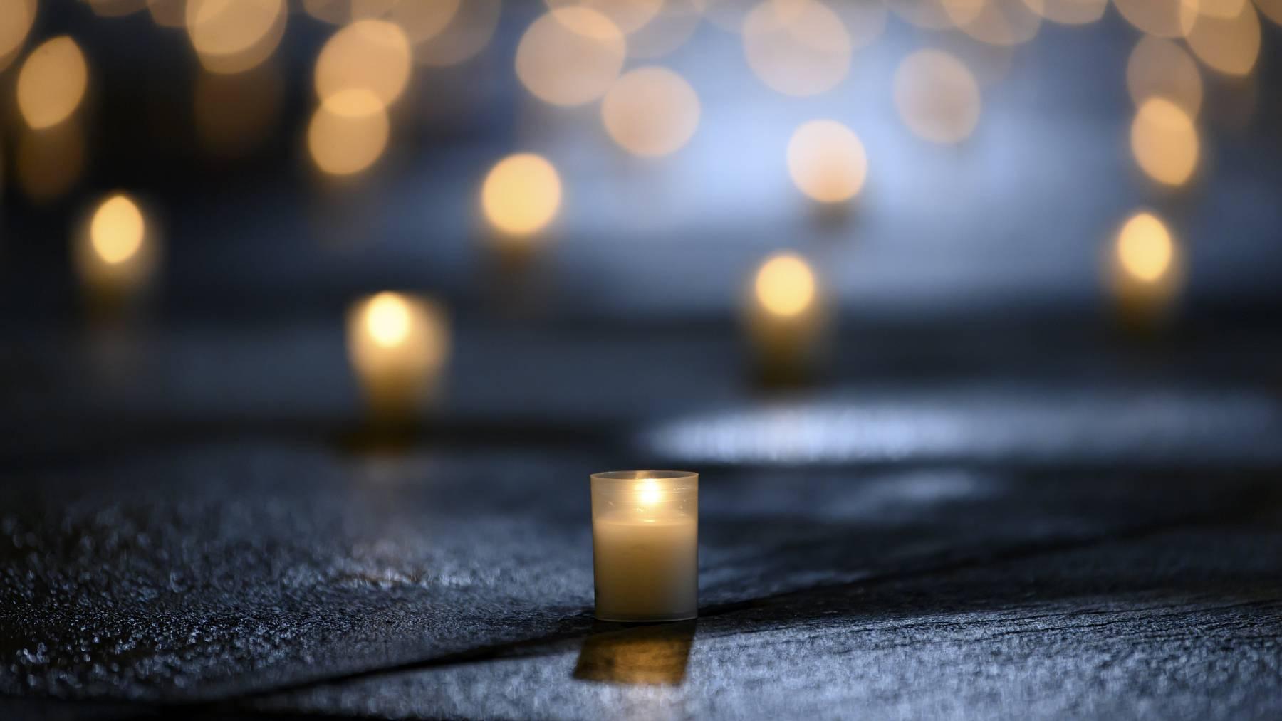 Erneut sind in den letzten 24 Stunden 92 Menschen in Zusammenhang mit einer Coronainfektion gestorben. Im Bild: Kerzen auf dem Bundesplatz in Bern.