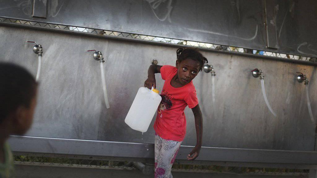 Ein palästinensisches Mädchen trägt in einem Flüchtlingscamp in Rafah einen Kanister mit Wasser. Im von Israel blockierten Gazastreifen stehe eine Krise bei der Wasserversorgung und der sanitären Lage kurz bevor, warnt die Hilfsorganisation Oxfam. (Archiv)