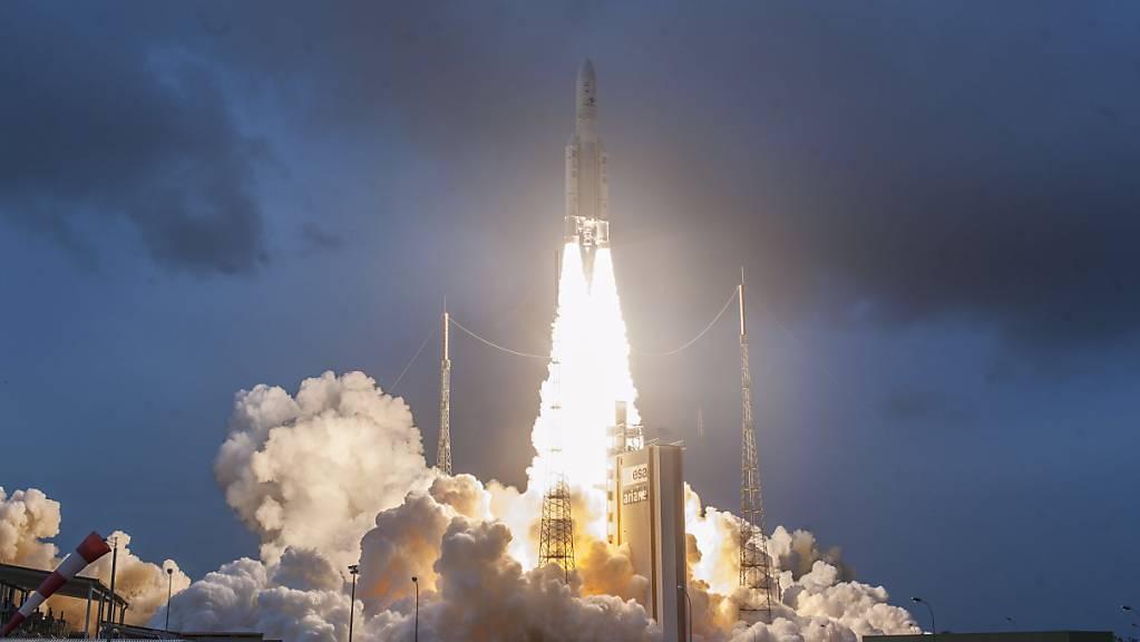 Die technischen Probleme bei einer Ariane-5-Rakete sind grösser als bisher vermutet - der Start der Rakete ins All musste erneut verschoben werden. (Symbolbild)