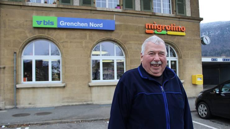 Kilian Gimmel, vor seinem ehemaligen Arbeitsplatz, dem Bahnhof Grenchen Nord.