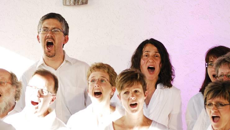 Die Vindonissa Singers ganz in weiss bei ihrem Auftritt in der Kapelle in Rümmingen