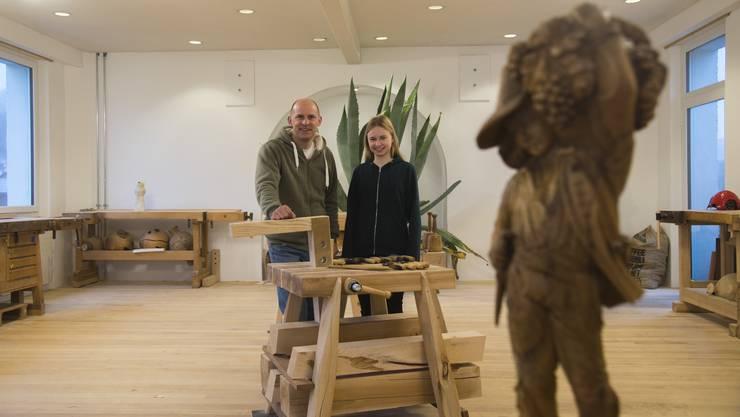 Holzbildhauer Thomas Lüscher, mit Tochter Nelly, arbeitet und lebt in einer ehemaligen Kirche in Staffelbach.