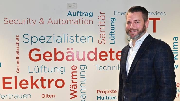 Daniel Dähler am Bouygues-Sitz am Rötzmattweg in Olten, einem Minergie-P-Bau.