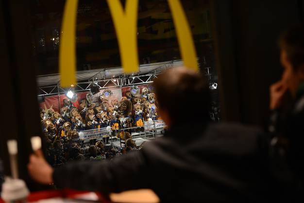 Von der McDonals-Filiale am Marktplatz hatte man fast die beste Sicht auf die Gugge-Bühne