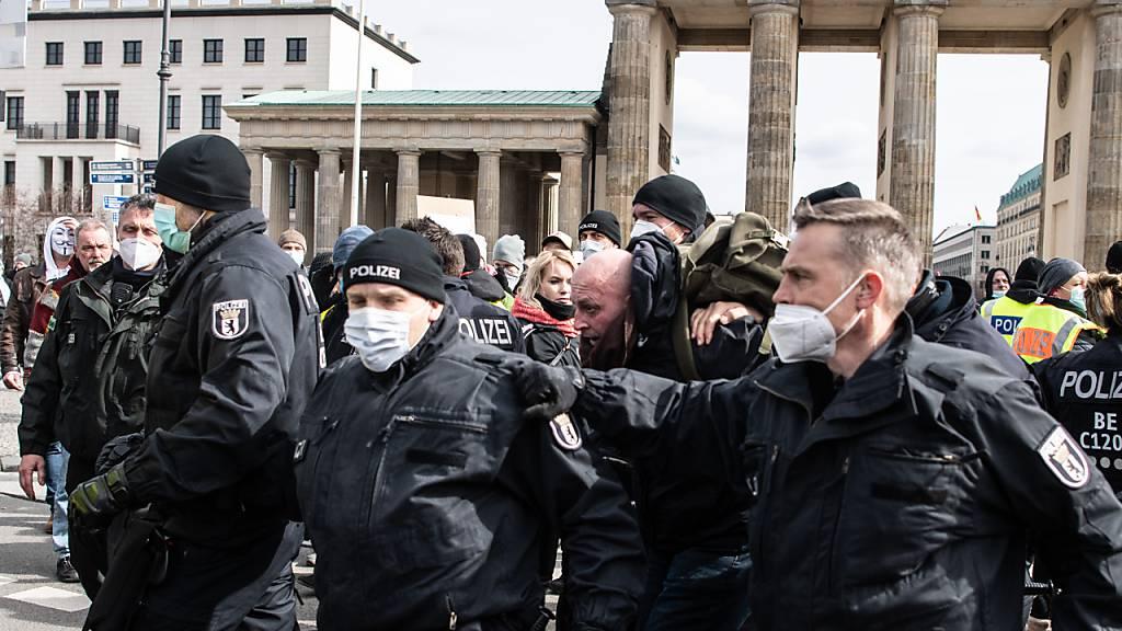 Ein Teilnehmer an einer Demonstration von Rechtsextremisten und sogenannten Reichsbürgern wird von der Polizei am Brandenburger Tor festgenommen.