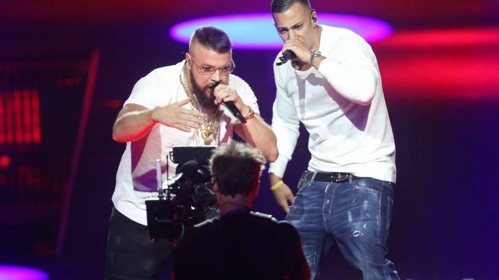 Die Proteste gegen die Auszeichnung der Rapper Kollegah (r) und Farid Bang, die mit antisemitischen Reimen provozieren, verhallten nicht ungehört. Die Echo-Veranstalter wollen nun das Konzept neu überdenken. (Archivbild)