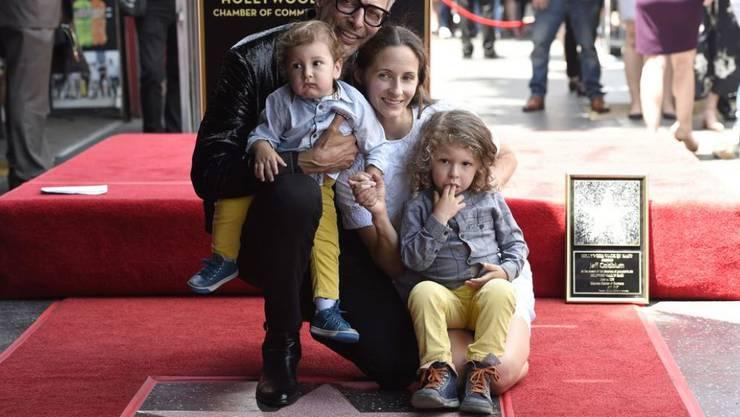 Jeff Goldblum feiert seinen Hollywood-Stern zusammen mit Ehefrau Emilie Livingston (hinten rechts) und den Kindern River Joe (vorne links) und  Charlie Ocean (vorne rechts).