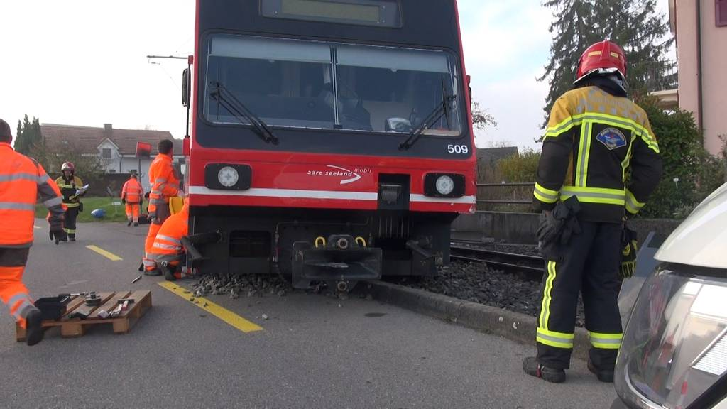 Gerolfingen (BE): Zug entgleist nach Zusammenstoss mit Auto