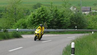 Ein Töff-Fahrer am Benkerjoch - am Sonntag führte die Kantonspolizei hier eine Geschwindigkeitskontrolle durch. (Archivbild)