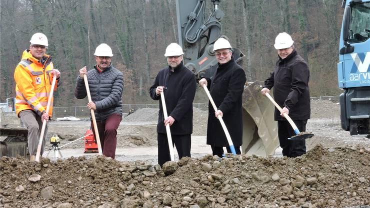 Anpacken (v.l.): Andreas Angehrn (Geschäftsführer Aarvia AG), André Zoppi (Ammann Würenlingen), Stephan Döhler (VR-Präsident), Ronald Rieck (Geschäftsführer) und Manfred Richter (Projektleiter) beim Spatenstich.