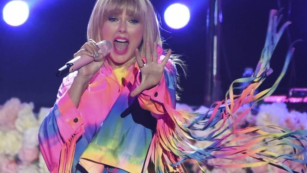 ARCHIV - Swift hat W. Houston eingeholt: Sie sind nun gemeinsam die beiden Künstlerinnen, die in den meisten aufeinanderfolgenden Wochen auf Platz 1 der US-amerikanischen «Billboard 200 Charts» standen. Foto: Chris Pizzello/Invision/AP/dpa