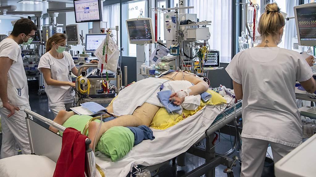 Pflegepersonal im Berner Insel-Spital kümmern sich auf einer Intensivstation um einen Covid-Patienten. (Archivbild)