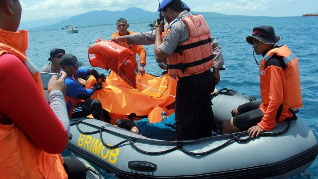 Rettungskräfte im Einsatz in der Bali-Strasse. Beim Fährunglück in der Meerenge zwischen Bali und Java starben mindestens vier Menschen