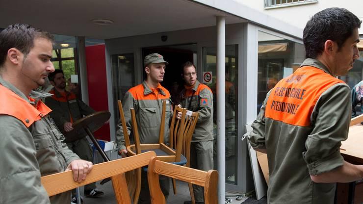 Grosse Züglete:  70 Bewohner des Alterszemtrums Obere Mühle in Lenzburg zügeln ins Provisorium. Zivilschützer helfen mit.