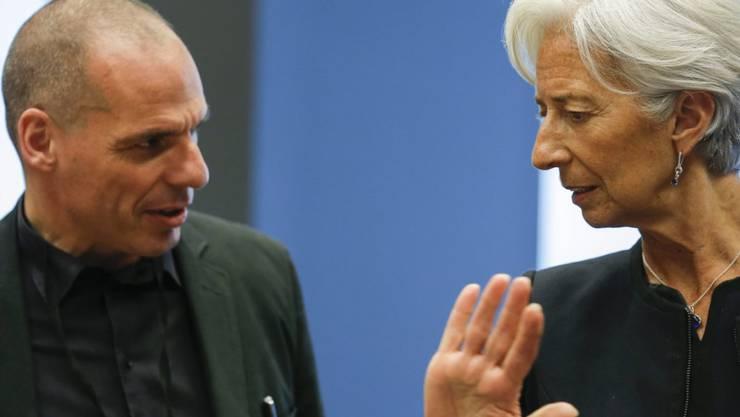 Der griechische Finanzminister Giannis Varoufakis im Gespräch mit Christine Lagarde, Chefin des Internationalen Währungsfonds (IWF), am Euro-Finanzministertreffen in Luxemburg